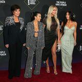 Volle Kardashian-Power: Matriarchin Kris Jenner (in Alexander McQueen) gemeinsam mit ihren Töchtern Kourtney, Khloé und Kim.