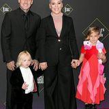 Pink kommt mit Ehemann Carey Hart und den Kindern Jameson und Willow zur Preisverleihung.