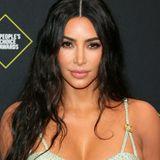 Kim Kardashian setzt ganz auf die Wirkung ihres Versace-Kleides. In Sachen Make-up und Schmuck zeigt sie sich ungewohnt zurückkhaltend.