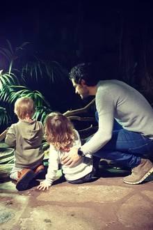 10. November 2019  Am schwedischen Vatertag teilt Prinz Carl Philip ein neues süßes Foto mit seinen beiden Söhnen Prinz Alexander und Prinz Gabriel und kommentiert sein Posting mit zwei Herzen.Die drei haben offenbar einen Ausflug in ein naturkundliches Museum unternommen.
