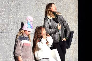 9. November 2019  Bevor der Winter in der Stadt einkehrt, tankt Gisele Bündchen noch ein bisschen Sonne beim Stadtbummel mit Tochter Vivian und Freunden in New York. Vielleicht träumt das brasilianische Supermodel gerade von einem schönen Strand in ihrer sonnigen Heimat.