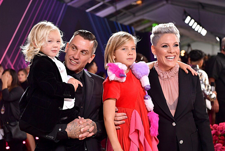 """10. November 2019  Bei den diesjährigen """"E! People's Choice Awards"""" erscheint Superstar Pink mit ihrer coolen Familienbande. Und eines ist klar:Mit ihremeigenen, extravagantenStil tritt Töchterchen Willow bereits in die Fußstapfen ihrer Mama."""