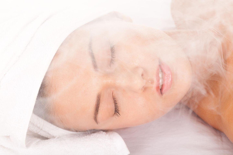 Dampfbäder sorgen dafür, dass sich die Poren öffnen und die anschließende Pflege optimal aufgenommen werden kann.