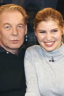 """Ben Becker wird in der """"NDR Talkshow""""-Runde von seiner schönen Tochter Lilith begleitet. Trotz seines skandalträchtigen Lebens hat der Schauspielerein sehr gutes Verhältnis zu seiner Tochter. Lilith, die in eine Schauspielfamilie hineingeboren wurde, wird Papa sogar bei seinem nächsten Stück unterstützen."""