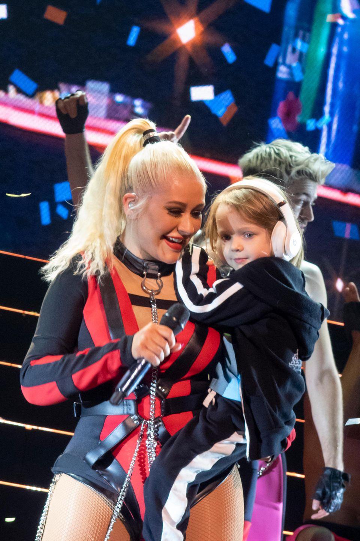 10. November 2019  Nach 13 Jahren tourt Superstar Christina Aguilera wieder durch Europa. Besonderes Highlight: Beim großen Finale ihres Konzertes in derLondoner Wembley Arena darf Summer Rain ihre Mama auf der Bühne begleiten.