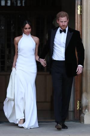 Für die abendlichen Feierlichkeiten am Tag ihrer Hochzeit wählt Meghan ein modernes Kleid aus der Feder von Stella McCartney.