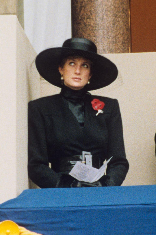 """… schon Lady Dianatrug 1991 zu den Feierlichkeiten um den """"Remembrance Day"""" einen dramatischen Hut, einen taillierten Mantel und schwarze Handschuhe."""