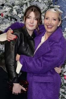 """11. November 2019  In vorweihnachtlicheStimmung bringen sich Schauspielerin Emma Thompson und ihre Tochter Gaia Wise bei der Premiere von """"Last Christmas"""" in London."""