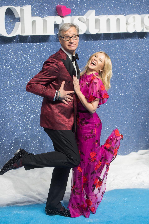 """11. November 2019  Auch Paul Feig and Kylie Minogue tanzen zu """"Last Christmas"""" durch den (Kunst-)Schnee."""