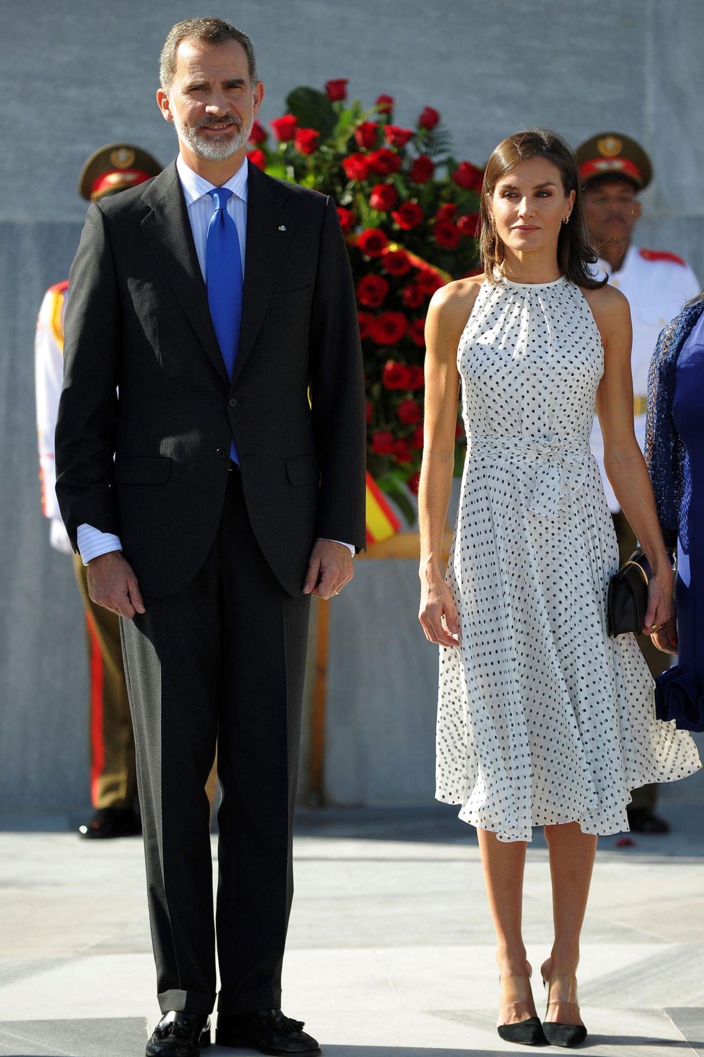 Während der Willkommenszeremonie am Jose Marti Denkmal in Havanna zeigt sich dasspanischeKönigspaarin Kuba von seiner stilsicheren Seite. Königin Letizia präsentiert ihre durchtrainierten Oberarme in einem Punkte-Kleid in Midi-Länge der Designerin Carolina Herrera. So ganz unbekannt ist uns ihr Kleid jedoch nicht....