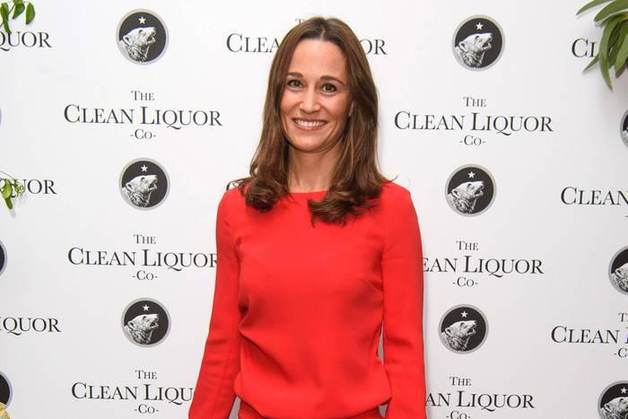 Lady in Red:Pippa Middleton absolviert einen seltenen öffentlichen Auftritt ganz in Rot. Zu einem schlicht geschnittenen, knallroten Pullover kombiniert sie eine gleichfarbige Hose und dunkle Pumps.