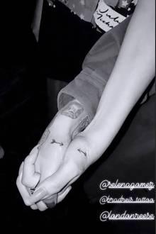 """Kleine filigrane Pfeile, die zueinander zeigen, wenn die Freundinnen Händchen halten, besiegeln nun ihre Freundschaft. Liebevoll schreibt Selena zu dem Bilddazu: """"Es ist tätowiert ... Mein Pfeil zeigt immer auf dich"""". Julia Michaels repostet Selenas Bildder Tattoo-Session und antwortet: """"Immer zu dir""""."""