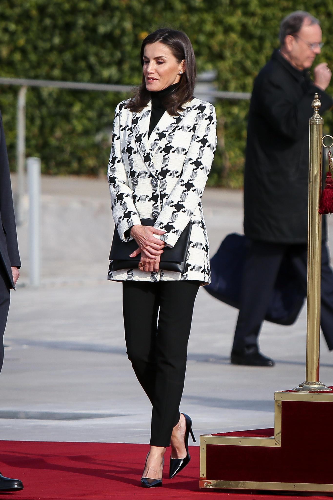 Königin Letizia auf dem Weg ins Flugzeug.
