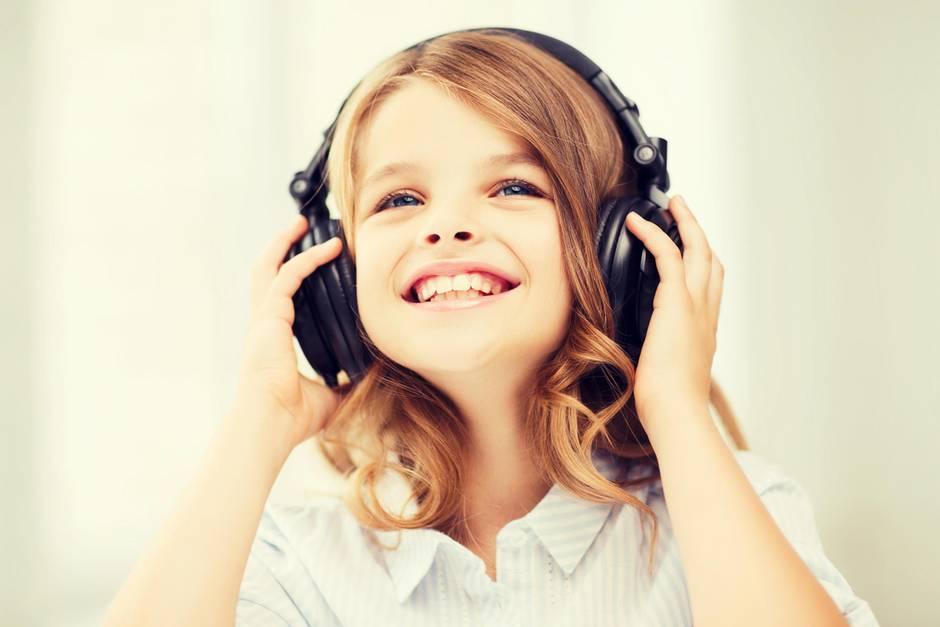 Kleines Mädchen hat Kopfhörer auf, Kopfhörer für Kinder, Kinder-Kopfhörer