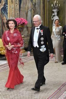 Prinzessin Victoria + Daniel Westling: 12. November 2019 Am Dienstagabend lädt die schwedische Königsfamilie zu einem repräsentativen Abendessen ins Stockholmer Schloss. König Silvia schreitet an der Seite von König Carl Gustaf voran, gefolgt vom Kronprinzenpaar.