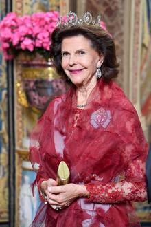 Prinzessin Madeleine: 12. November 2019 Glamourös strahlt Königin Silvia im königlichen Rot.