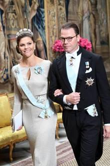 Camilla Henemark: 12. November 2019 Arm in Arm betreten Prinzessin Victoria und Prinz Daniel den Palast.