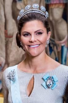 """Prinzessin Victoria + Daniel Westling: 12. November 2019 Wunderschön gekrönt mit der """"6-Knopf-Tiara"""" und einer Carl-Gustaf-Portrait-Brosche am Kleid geht es für Prinzessin Victoria zum """"Representationsmiddag""""."""