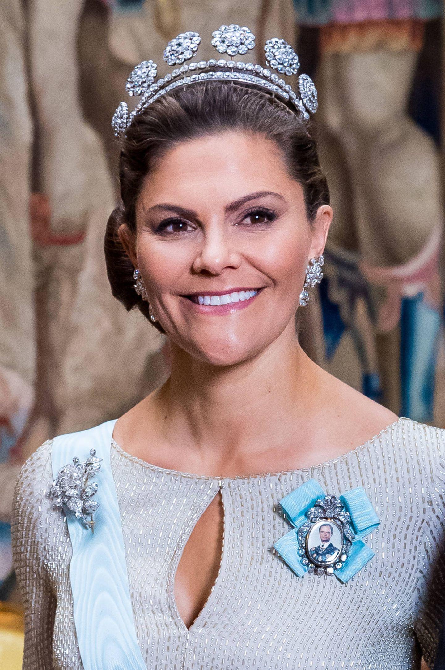"""Schwedische Königsfamilie: 12. November 2019 Wunderschön gekrönt mit der """"6-Knopf-Tiara"""" und einer Carl-Gustaf-Portrait-Brosche am Kleid geht es für Prinzessin Victoria zum """"Representationsmiddag""""."""