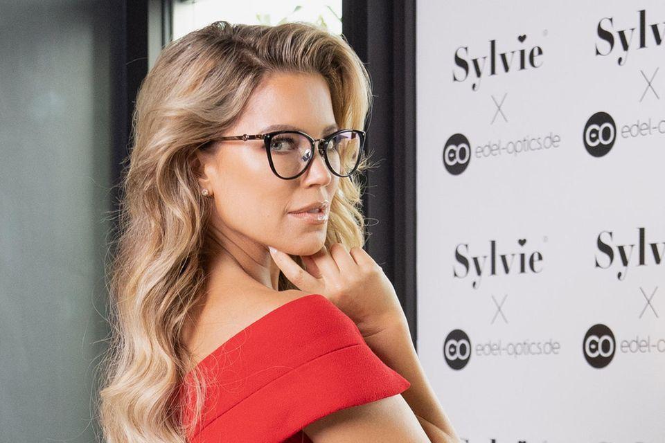 """Sylvie Meis beweist, dass Brillen sexy sein können - hier trägt sie dasCat-Eye-Gestell von """"Edel-Optics"""""""