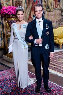 Es kann nicht exklusiv genug sein, beim alljährlichen offiziellen Dinner (auf schwedischRepresentationsmiddag genannt) im Palast in Stockholm. Kronprinzessin Victoria nimmt den Dresscode des Abends sehr ernst und erschein in einer glitzernden Escada-Robe. Das Kleid schmiegt sich sanft ihrer Figur an und endet in einem kniehohen Beinschlitz. Dazu trägt sie ein funkelndes Diadem und eine schmale Clutch in Metallic-Optik.