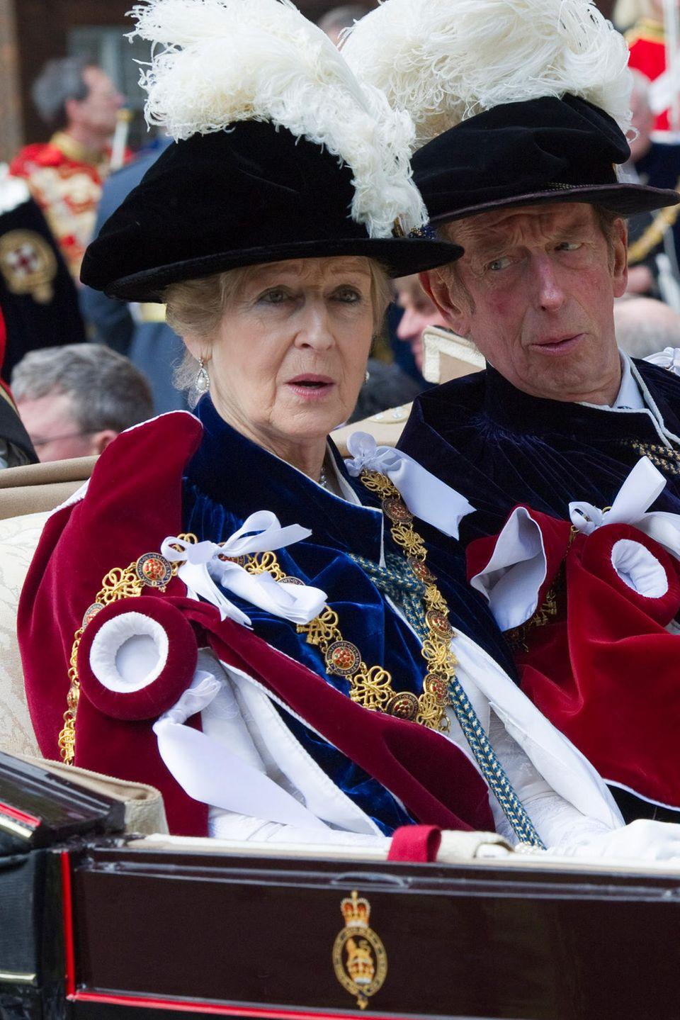 Ritter der Hosenbandordens: Das ist Prinzessin Alexandra in der weiblichen Form (Dame), ihr Bruder Edward, der Herzog von Kent, ist klassischer Ritter. Der wichtigste Orden des Königsreichs. Und jedes Jahr ein großer Spektakel, wenn die ausstaffierten Herrschaften sich inder Kapelle von Schloss Windsor versammeln.
