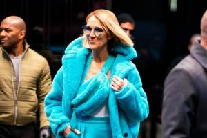 Wegschauen? Geht bei diesem knalligen Look von Céline Dion in Türkistönen fast nicht: In Fellmantel und mit passender Bauchtasche, Rock und Overknees macht sie New York unsicher.