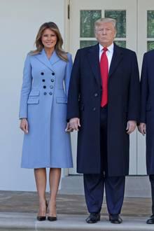 Beim Staatsbesuch des türkischen PräsidentenRecep Tayyip Erdogan und seiner FrauEmine Erdogan im Weißen Haus zeigte sich Melania Trump in einem hellblauen zweireihigen Mantel von Altuzarra. Zum Schurwoll-Mantel mit Kaschmir Anteil kombiniert sie elegant ein schwarzes Kleid und klassische Lackleder-Heels von Louboutin.