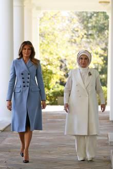 Schlicht aber umso luxuriöser - Melania Trump lässt sich nicht lumpen und setzt bei Ihrem Look auf puren Luxus. Der Mantel von Altuzarra kostet ca.1.845 Euro und auch die Louboutin High-Heels haben einen stolzen Preis von ca.545 Euro.