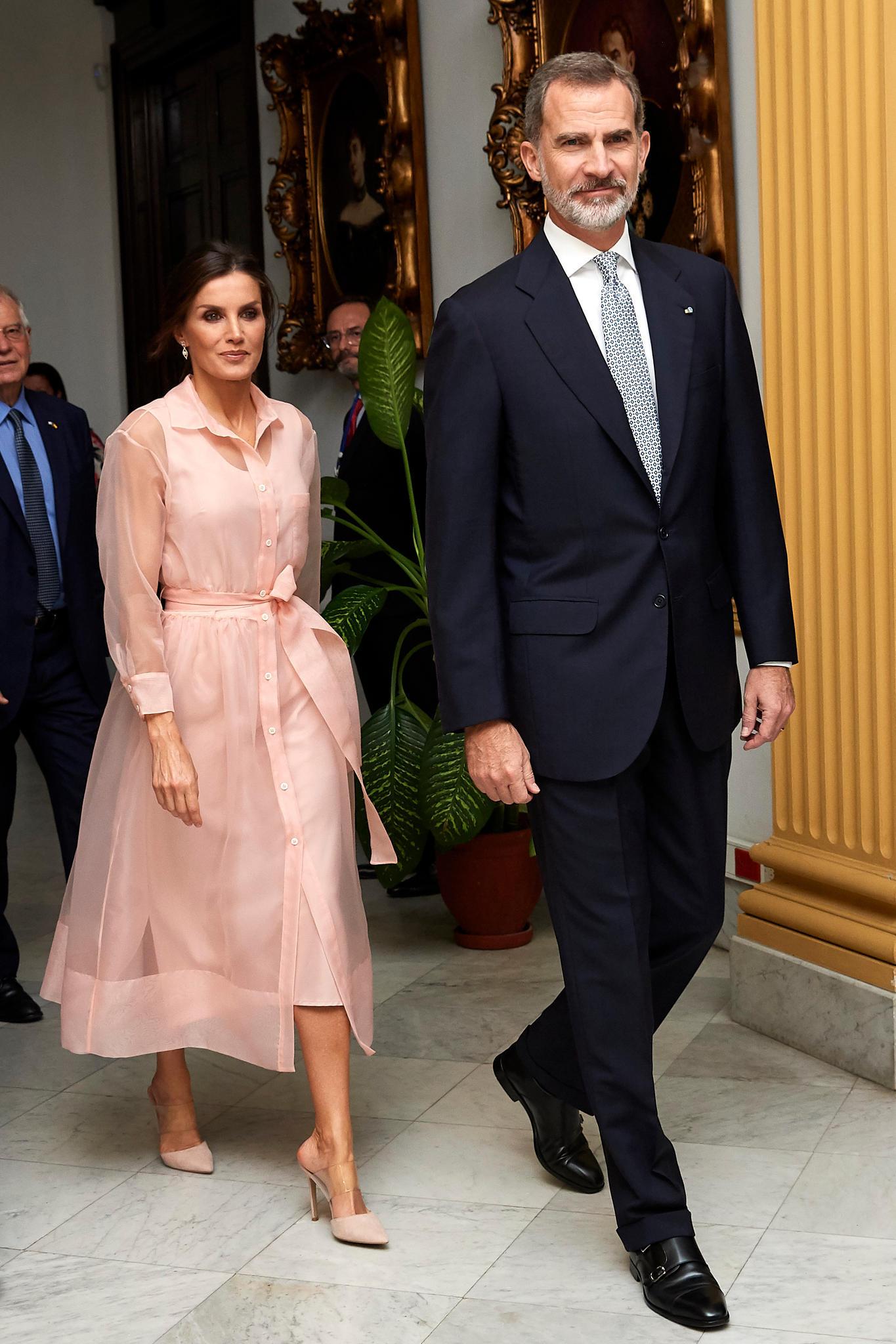 In Pastelltönen strahlt die Königin.