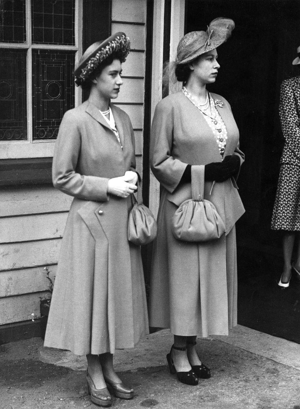 Auf diesem Foto aus dem Jahr 1948 ist Prinzessin Elizabeth, die spätere Queen, mit Prinz Charles schwanger. Trotz der weiten Kleidung unübersehbar: Der Körper der angehenden Königin hat sich verändert.