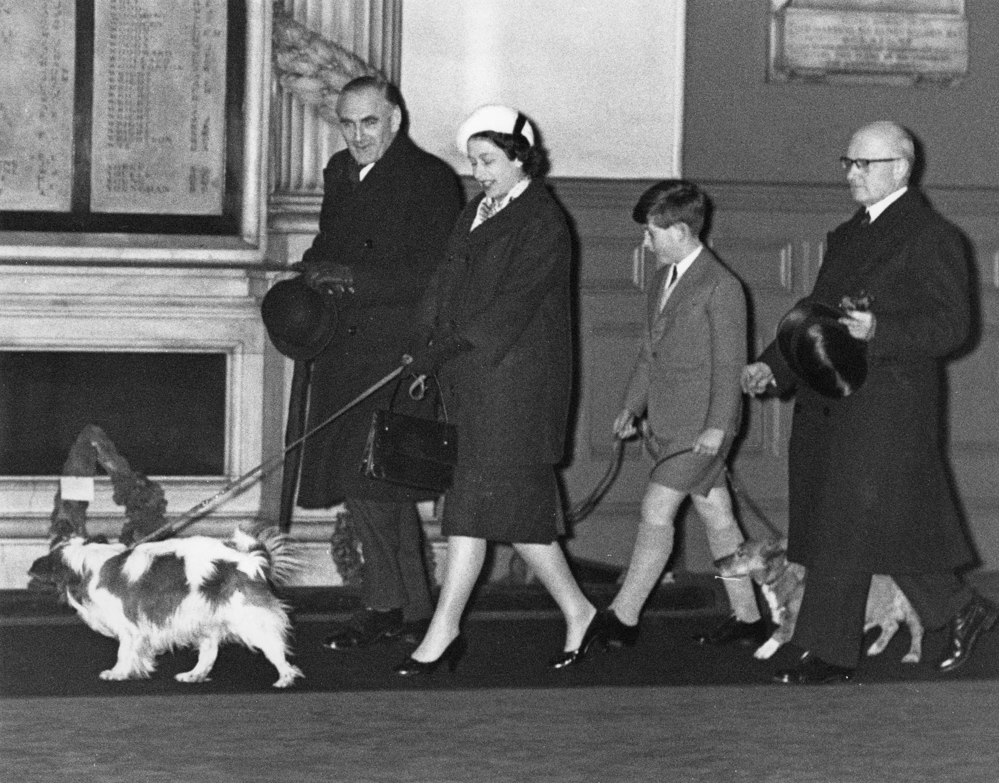 Auf diesem Foto gibt es nichts zu leugnen:Queen Elizabeth und der elfjährige Prinz Charles spazieren am 18. Januar 1960 mit ihren Hunden durch die Liverpool Street Station in London. Einen Monat später, am 19. Februar 1960, kommt Prinz Andrew zur Welt.
