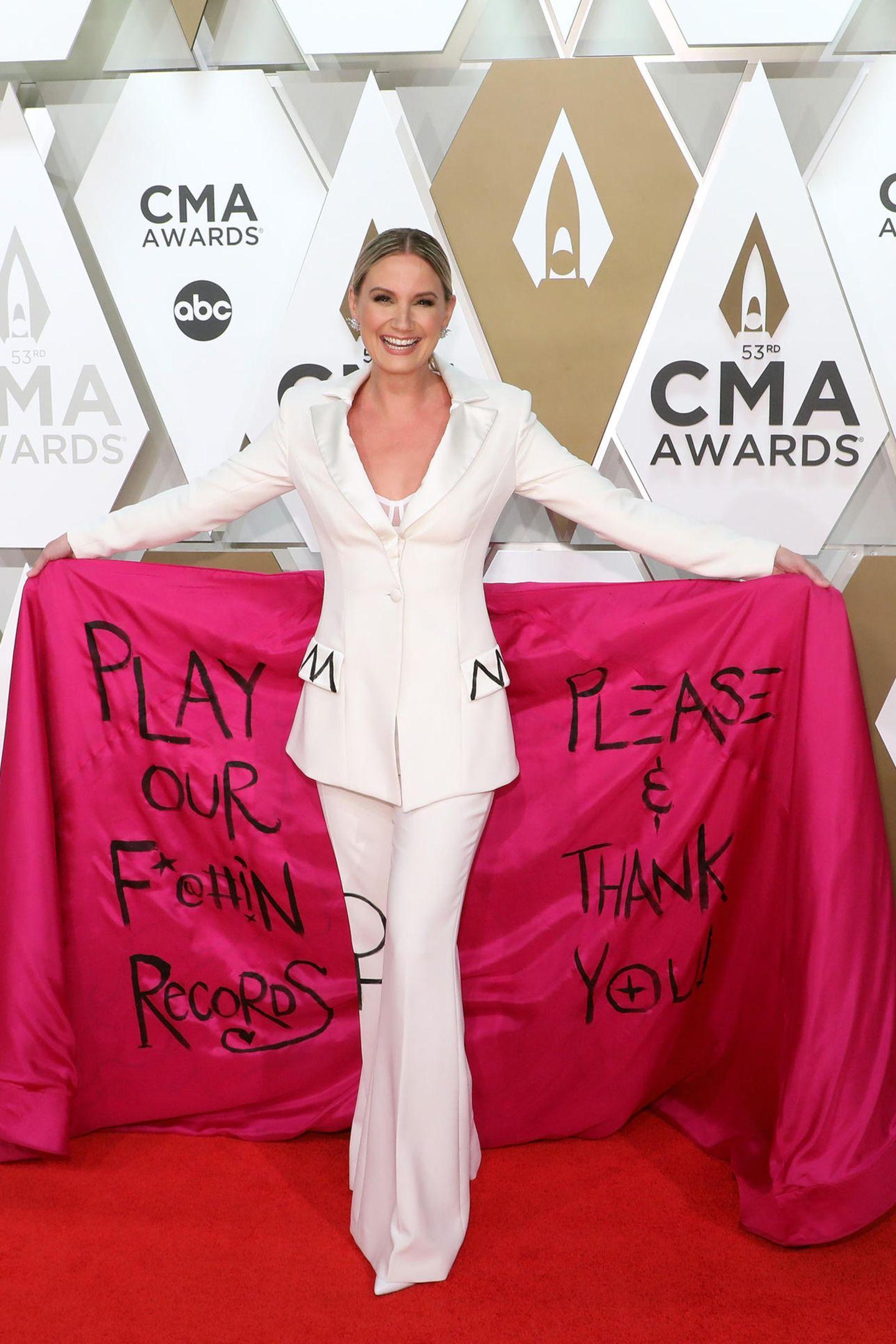 ... den mit dem Öffnen ihrer Schleppe enthüllt sie eine klare Botschaft andie Musikindustrie.Sie protestiert gegen die ungleiche Behandlung von Frauen, wenn es um die Besetzung der Radio-Playlists geht. Hinter dem raffinierten Fashion-Statement steht der Mode-Designer Christian Siriano.