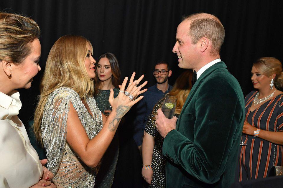 Bei der 50. Jubiläumsgala der Wohltätigkeitsorganisation Centrepoint in London trifft Glamour auf Royal. Prinz William, der seit 2005 Schirmherr der Organisation ist, unterhält sich mit Sängerin Rita Ora und anderen illustren Gästen.