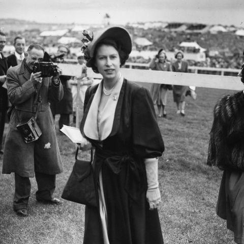 Queen Elizabeth im Mai 1950 bei einem Pferde-Derby im englischen Surrey. Drei Monate später wird Prinzessin Anne zur Welt kommen.