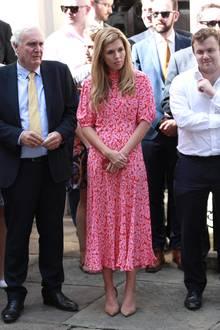 Es war nicht das erste Mal, dass sich die PR-Spezialistin, die als erste Nicht-Ehefrau in der Downing Street 10 wohnt, am Look von Herzogin Catherine orientiert hat. Bei derersten Rede von Boris Johnson nach der Wahl unterstützt ihnCarrie Symonds in einem pink-rot geblümtenMidi-Kleid mit halblangen Ärmeln.