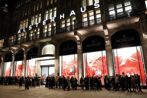 Gala Christmas Shopping Night 2019: Schon lange vor Beginn der Veranstaltung bilden sich lange Schlangen vor dem Alsterhaus auf dem Hamburger Jungfernstieg. Um 20.45 Uhr ist Einlass – klar, dass jeder der Erste sein will.