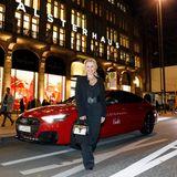 Gala Christmas Shopping Night 2019: Nova Meierhenrich ist eine der ersten Promis, die sich vor dem Alsterhaus einfinden. Zeit für ein kurzes Foto vor dem schicken Audi-Shuttle hat die Moderatorin zum Glück gefunden.