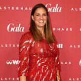Gala Christmas Shopping Night 2019: Dana Schweiger im farblich perfekt auf unsere GALA Logowand abgestimmten Kleid.