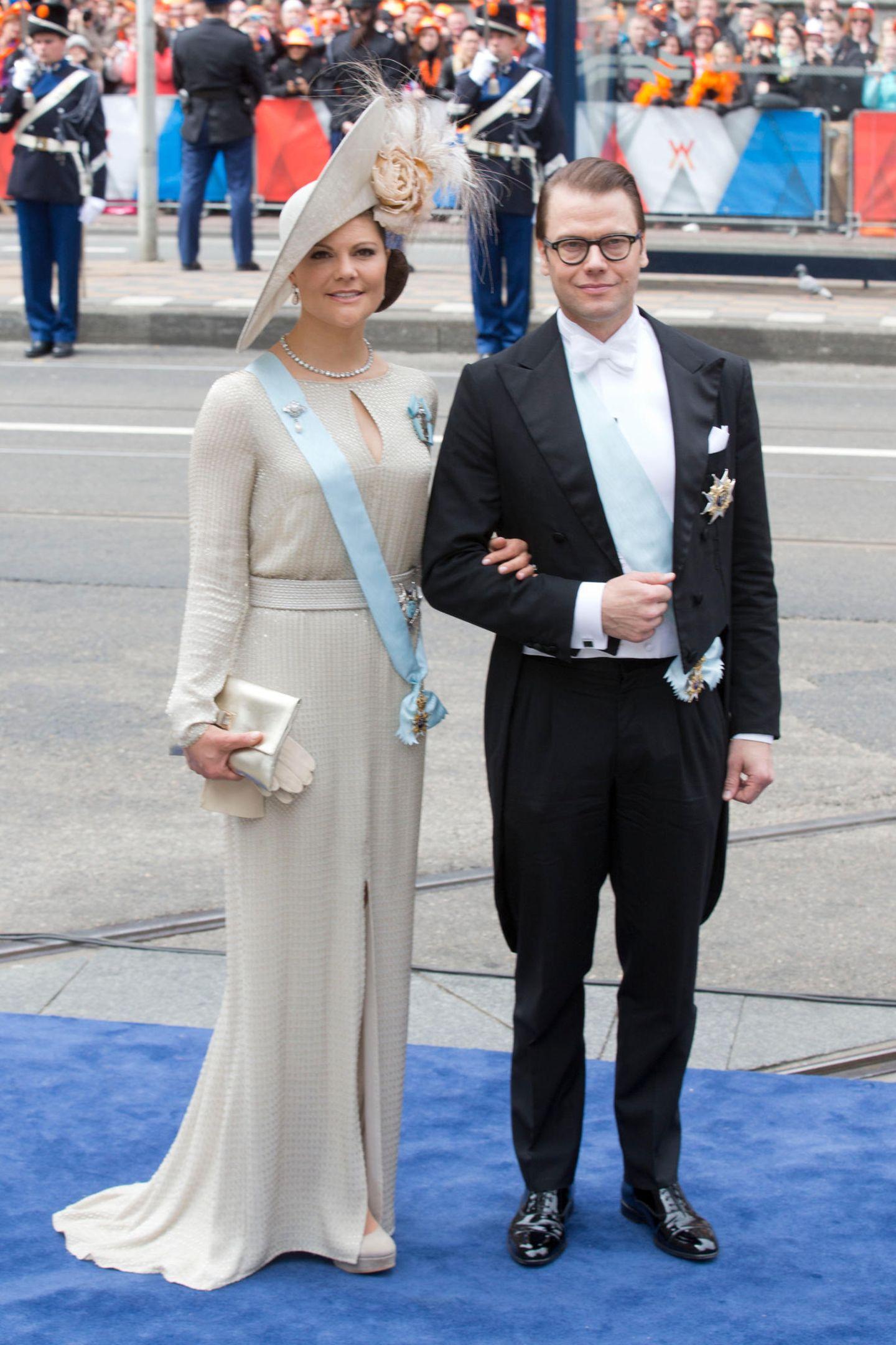 Na klar, das Kleid trug Prinzessin Victoria schon bei der Krönung von Willem Alexander im April 2013. Aber auch sechs Jahre später steht ihr das Kleid von Escada noch hervorragend.