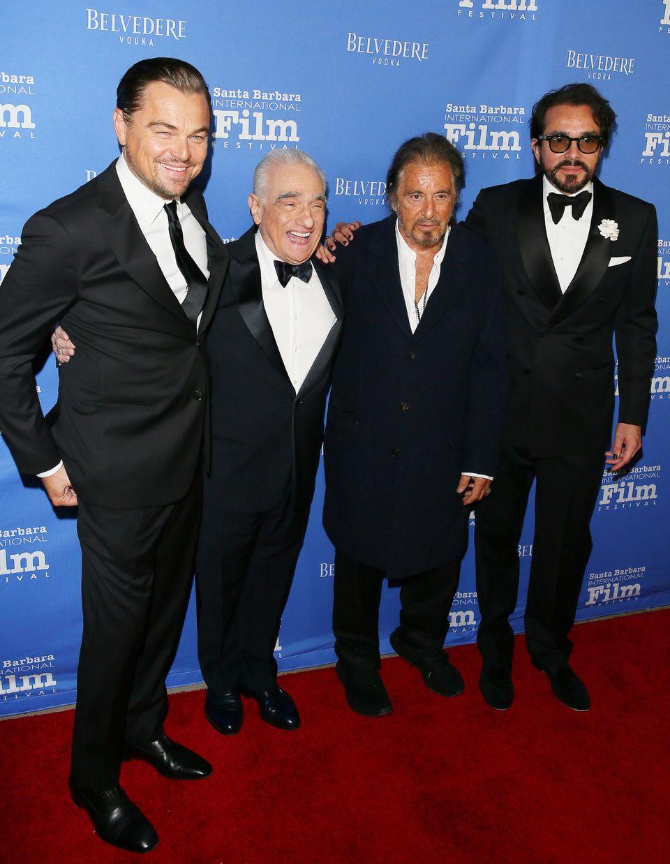 14. November 2019  Das internationaleFilmfestivalin Santa Barbara, das diesmalzu Ehren Martin Scorseses (2.v.l.) ausgerichtet wird, ist ein Treffpunkt für Hollywood-Größen.Im sonnigen Kalifornien feiern Leonardo DiCaprio, Al Pacino und FestivalleiterRodger Durling mit dem Kult-Regisseur.