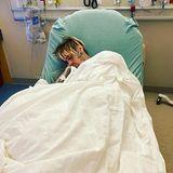 """Ein geschwächter Aaron Carter liegt in Floridaschlafend im Krankenhausbett. Offenbar hat seine Mutter Jane, die auch seine Managerin ist, das Bild auf Instagram veröffentlicht mit den Worten""""Mama wird sich um dich kümmern"""". Auch viele Fans wünschen ihm auf diesem Wege gute Besserung."""
