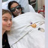 """Auch die """"Vampire Diaries""""-Schauspielerin Nina Dobrev hat es umgehauen. Mit einer allergischen Reaktion liegt sie im Krankenhaus. Wie gut, dass FreundinJulianne Hough sich so reizend um sie kümmert."""