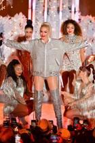 15. November 2019  Die Erleuchtung des legendären Weihnachtsbaums am Rockefeller Center in Manhatten, New York, ist jedes Jahr ein Highlight und steht kurz bevor. Zu diesem Anlass performt Showgirl Gwen Stefani bereits im heißen Glitzer-Outfit vor weihnachtlicherKulisse. Ausgestrahlt wird die Show allerdings erst Anfang Dezember.