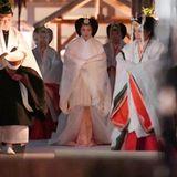 """Auch Kaiserin Masako nimmt an der religiösen, jahrhundertealten """"Daijosai""""-Zeremonie im Kaiserpalast teil."""