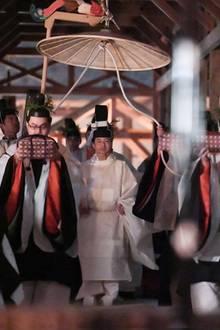 15. November 2019  Japans Monarch Naruhito hat bei Fackelschein im geistigen Zusammentreffen mit der Sonnengöttin Amaterasu Omikami den letzten Akt seiner Kaiserwerdung in einer eigens hierzu im Palastgarten im Herzen Tokios errichteten Schrein-Anlage vollzogen.