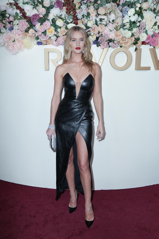 Auf ein schwarzes, tief-dekolletiertes Lederkleid setzt Topmodel Rosie Huntington-Whiteley. Auch ihr Beinschlitz lässt tief blicken und zaubert der hübschen Blondine Endlos-Beine.
