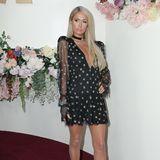 Dezent, aber nicht weniger elegantfällt der Red-Carpet-Look von It-Girl Paris Hilton aus. Sie verzaubert die Fotografen in einem schwarzen Mini-Dress mit Glitzer-Punkten und transparenten Ärmeln. Ein Choker-Halsband perfektionieren den Look.