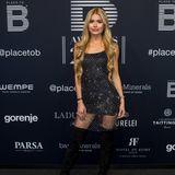 Fitness-Ikone Pamela Reif präsentiert ihren durchtrainierten Körper in einem Glitzer-Kleid mit transparentem Saum auf dem Red-Carpet. Dazu kombiniert die 23-Jährige schwarze Overknee-Stiefel.