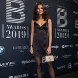 """Die damalige """"GNTM""""-Gewinnerin Vanessa Fuchs wählt für das Event in Berlin das kleine Schwarze und kombiniert es mit einer ebenfalls schwarzen, semi-transparenten Strumpfhose, klassischen Pumps und einer beigefarbenen Clutch von Yves Saint Laurent."""